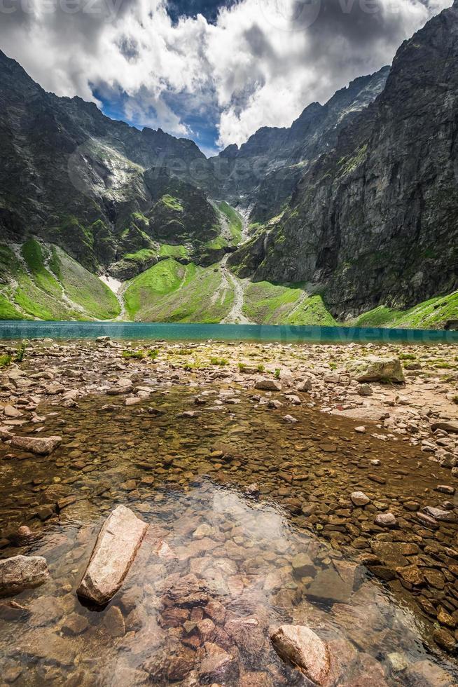 maravilhoso lago nas montanhas no verão foto