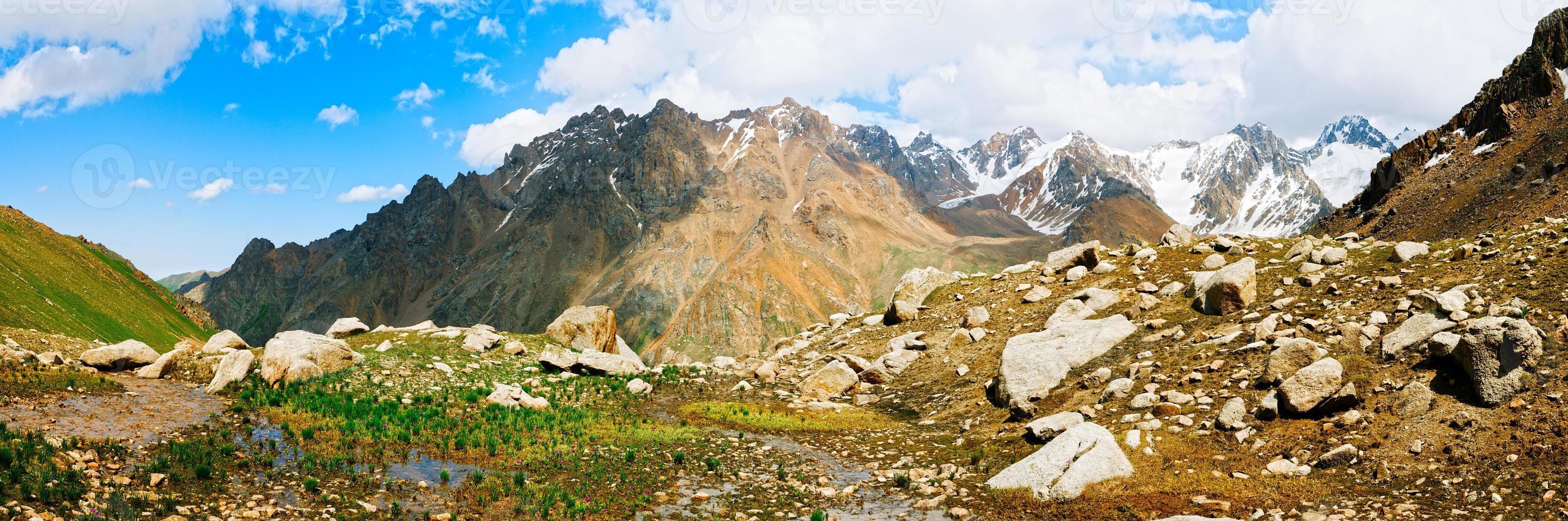 vista panorâmica dos picos e montanhas de tien shan perto de almaty. foto