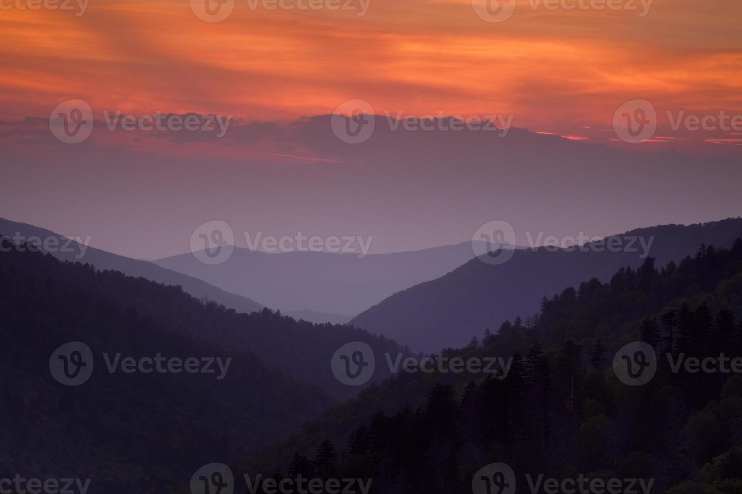 pôr do sol da grande montanha esfumaçada foto
