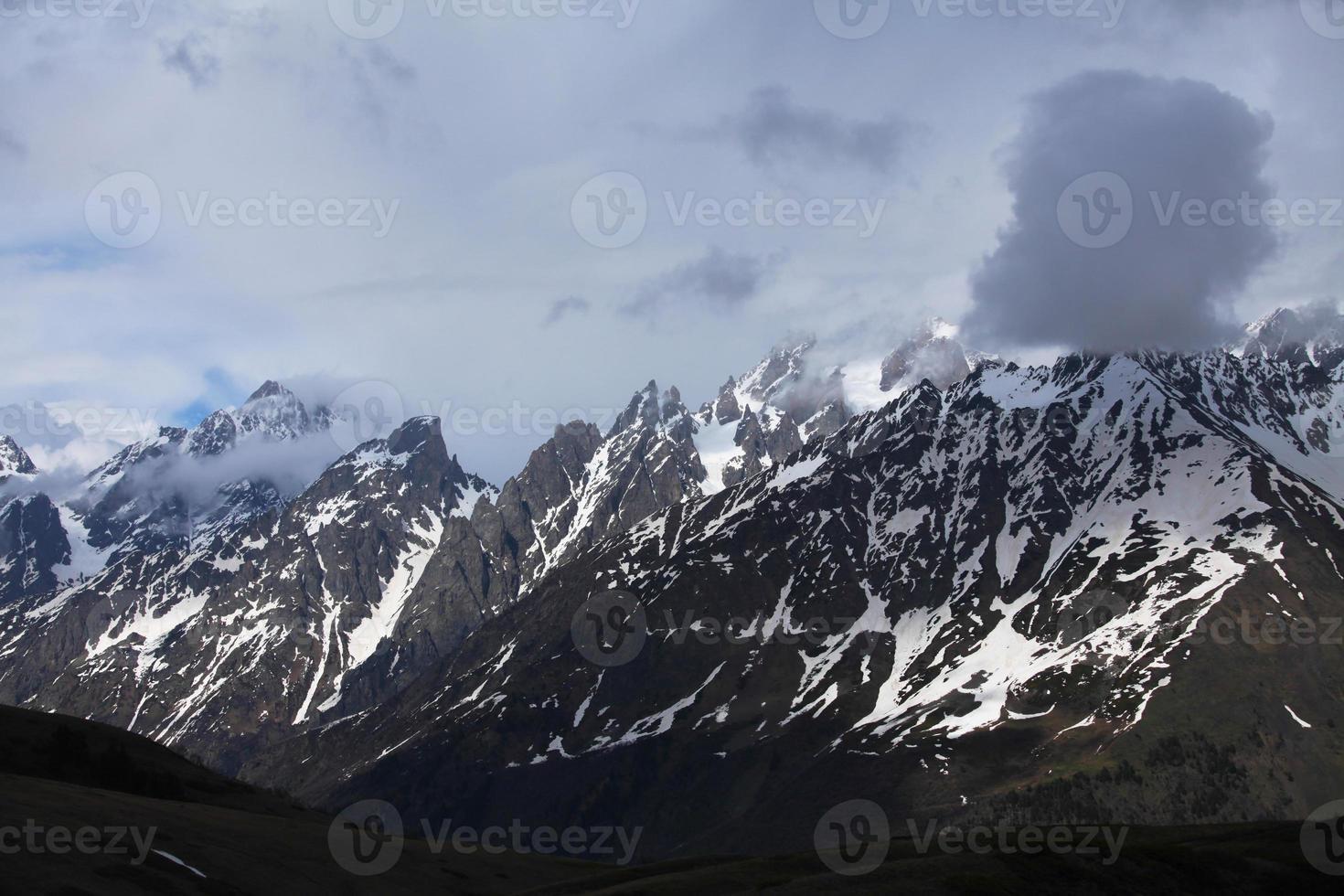 montanhas do cáucaso cobertas de neve sobre a mestia, svaneti, georgia foto