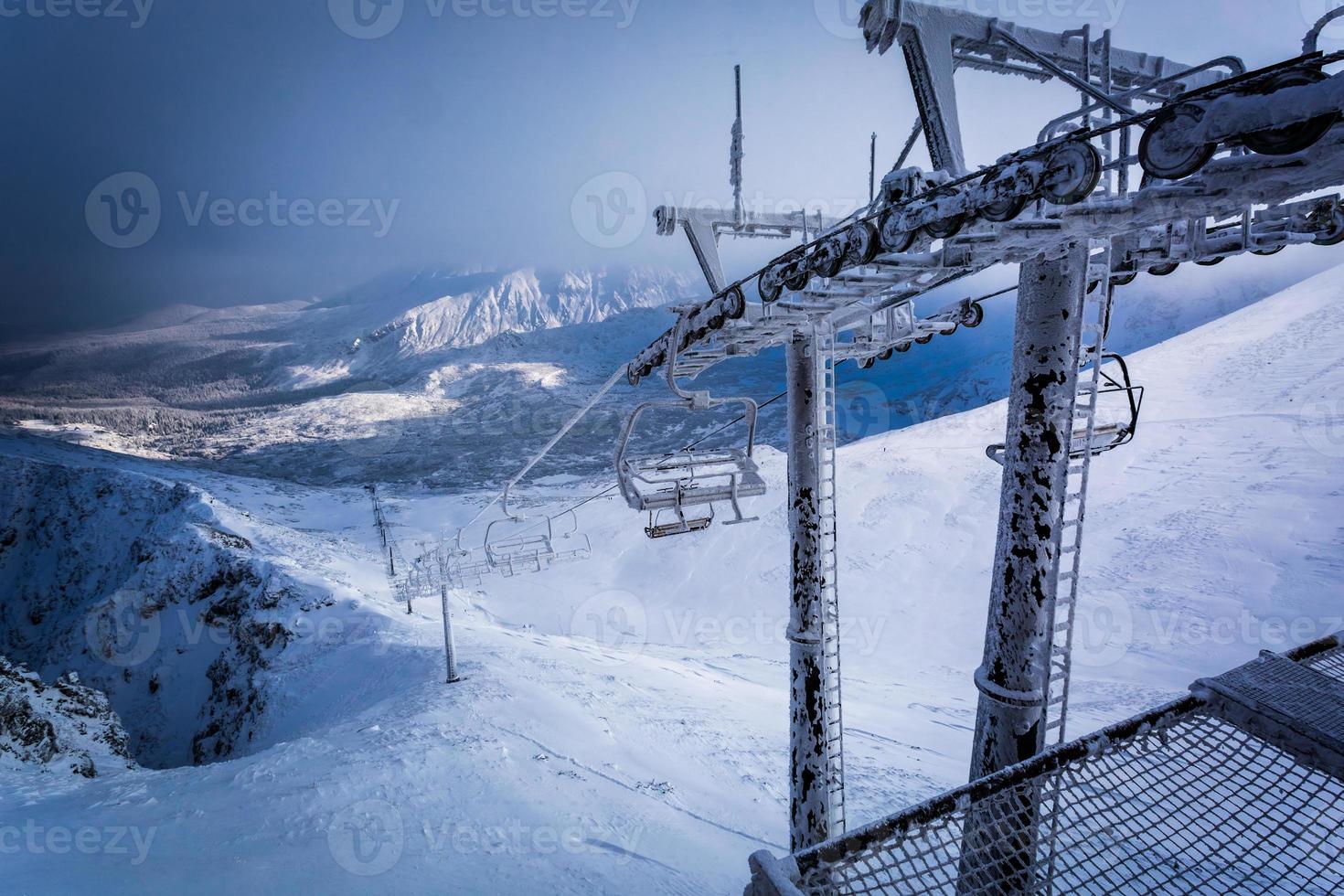 teleférico congelado nas montanhas foto