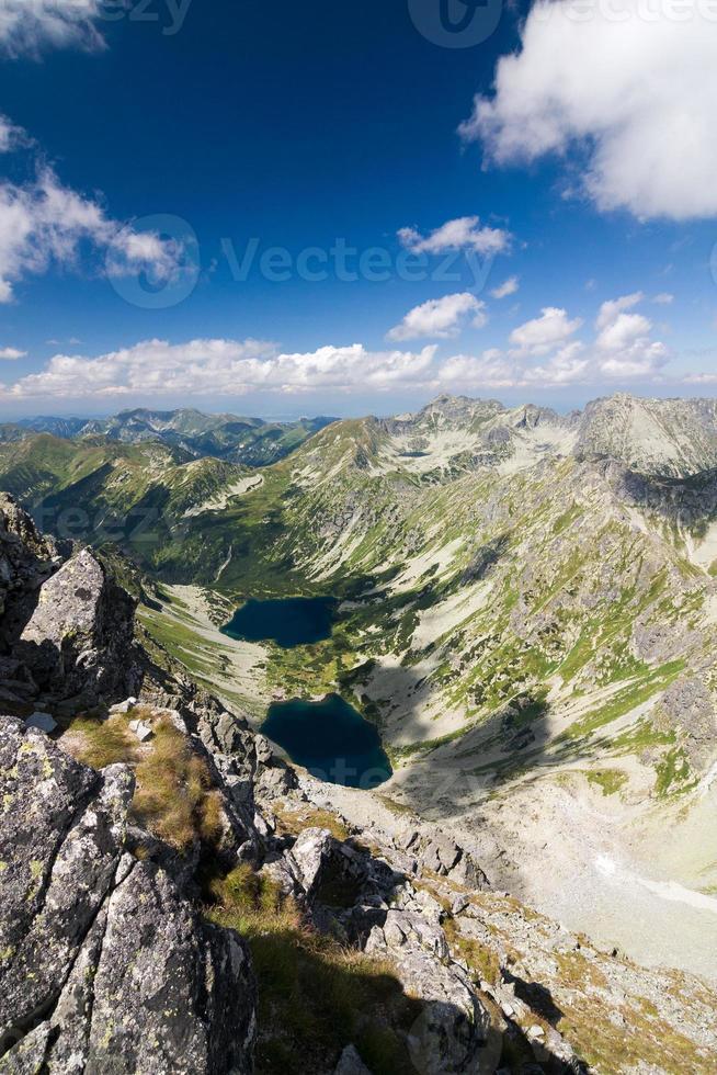 no topo do pico da montanha foto