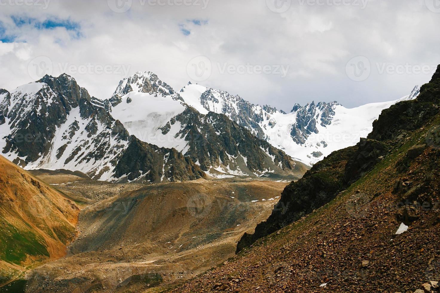belos picos e montanhas de tien shan. foto