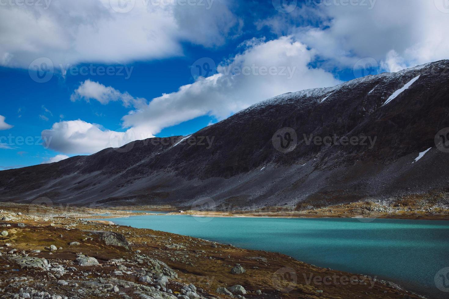 lago com céu azul - antiga estrada de montanha strynefjell, noruega foto
