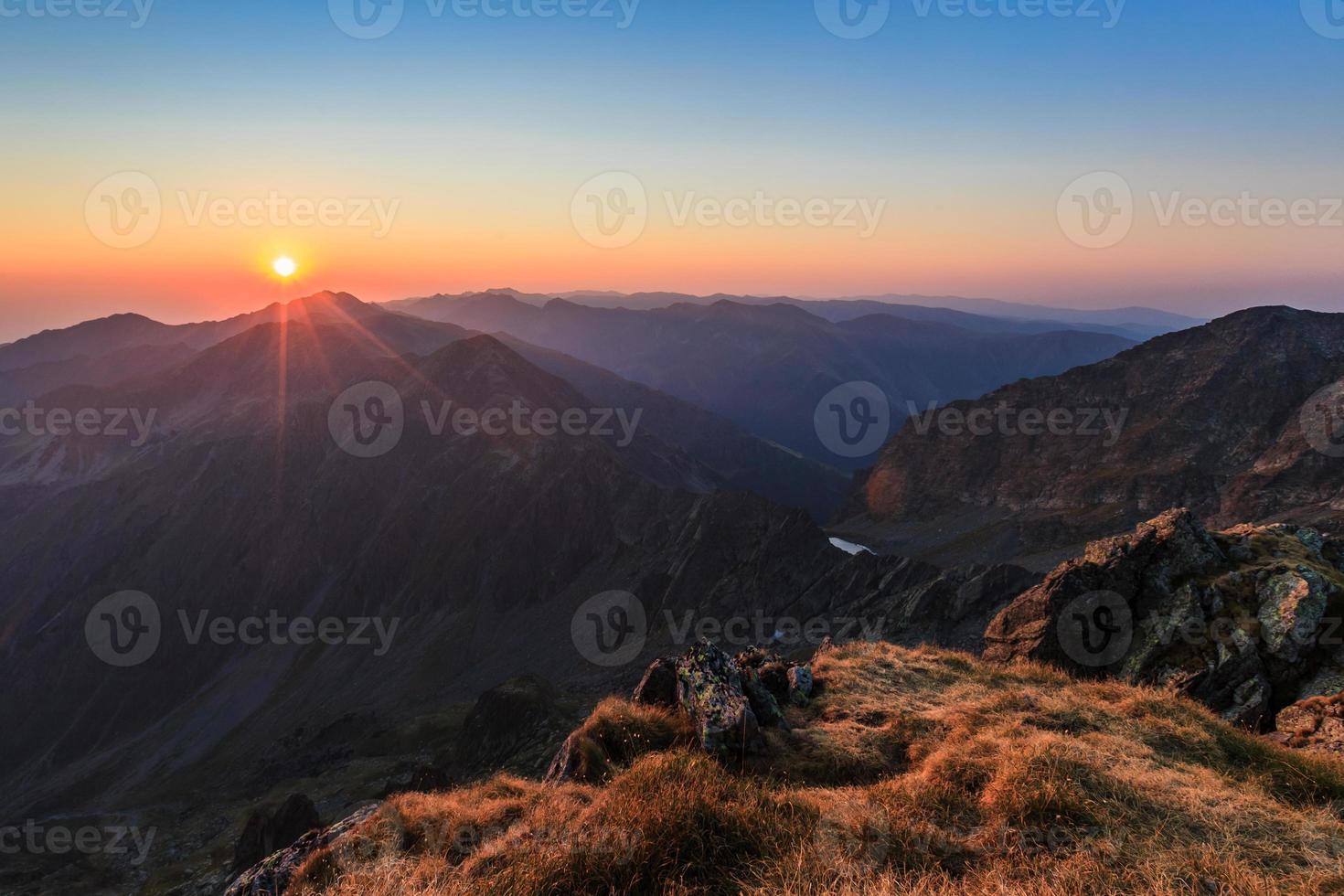 nascer do sol sobre as montanhas Fagaras, sul dos Cárpatos foto
