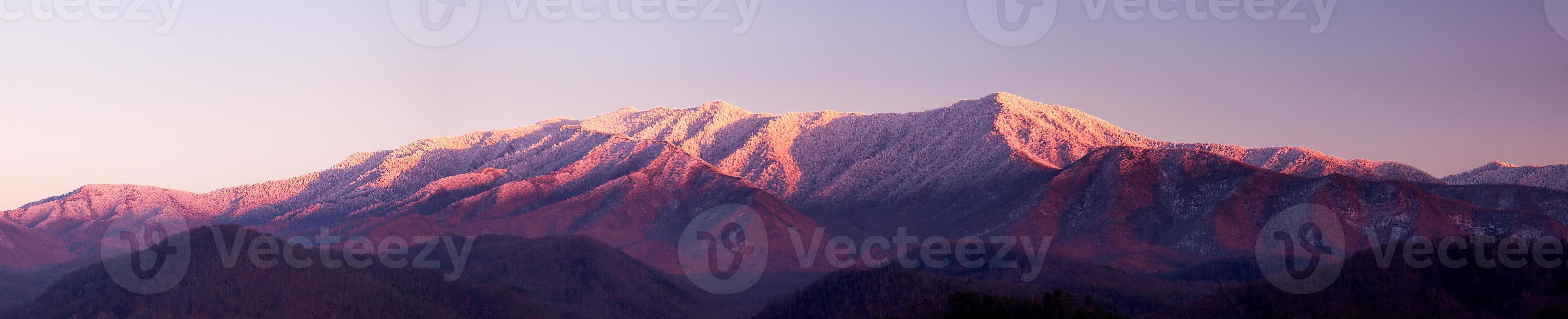 pôr do sol nas montanhas esfumaçadas foto
