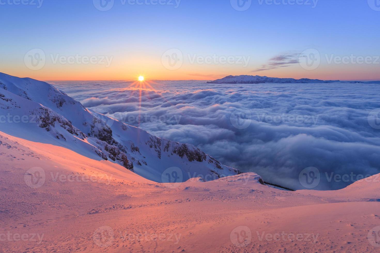 montanhas piatra craiului, romênia foto