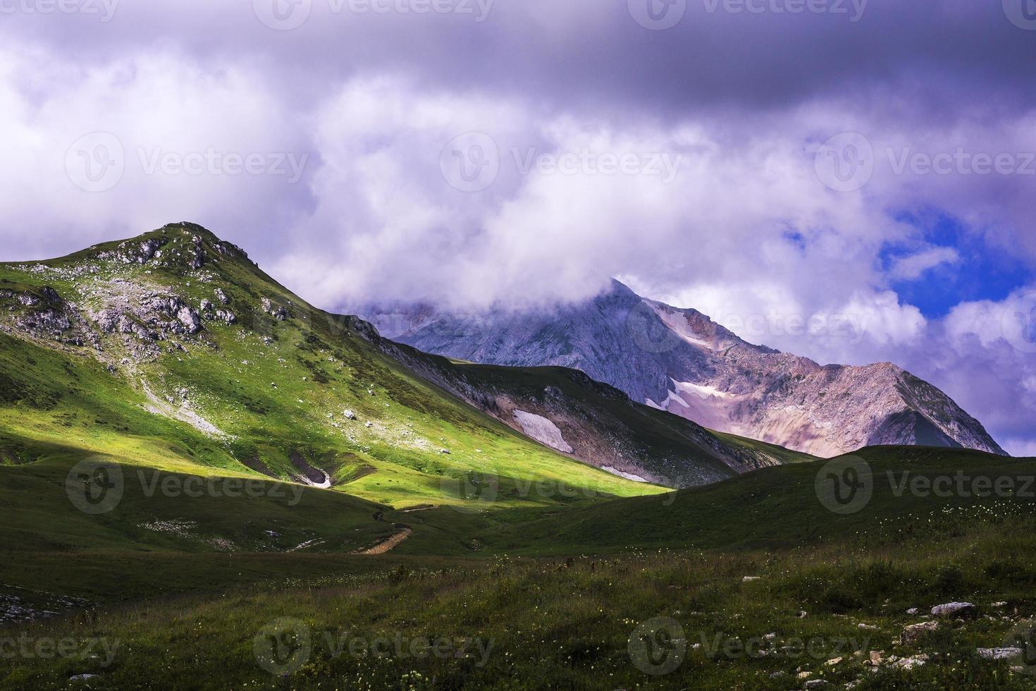 montanhas com tempo nublado foto