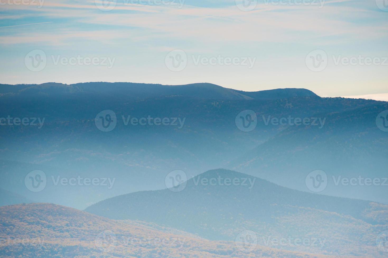montanhas azuis durante o pôr do sol foto