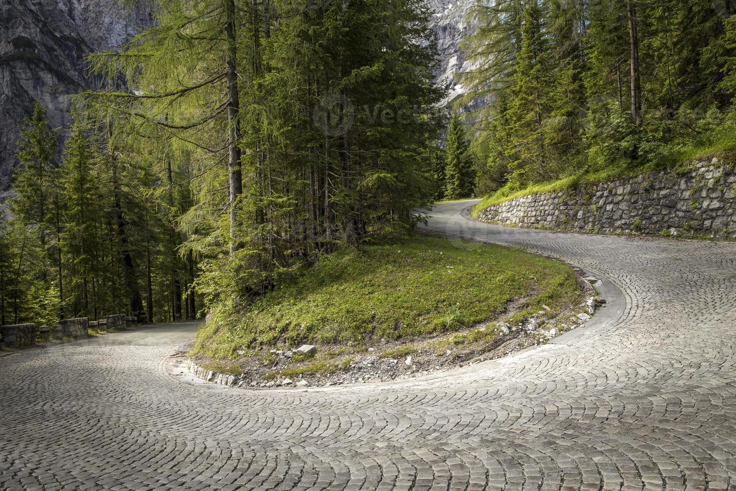 estrada sinuosa de asfalto de montanha foto