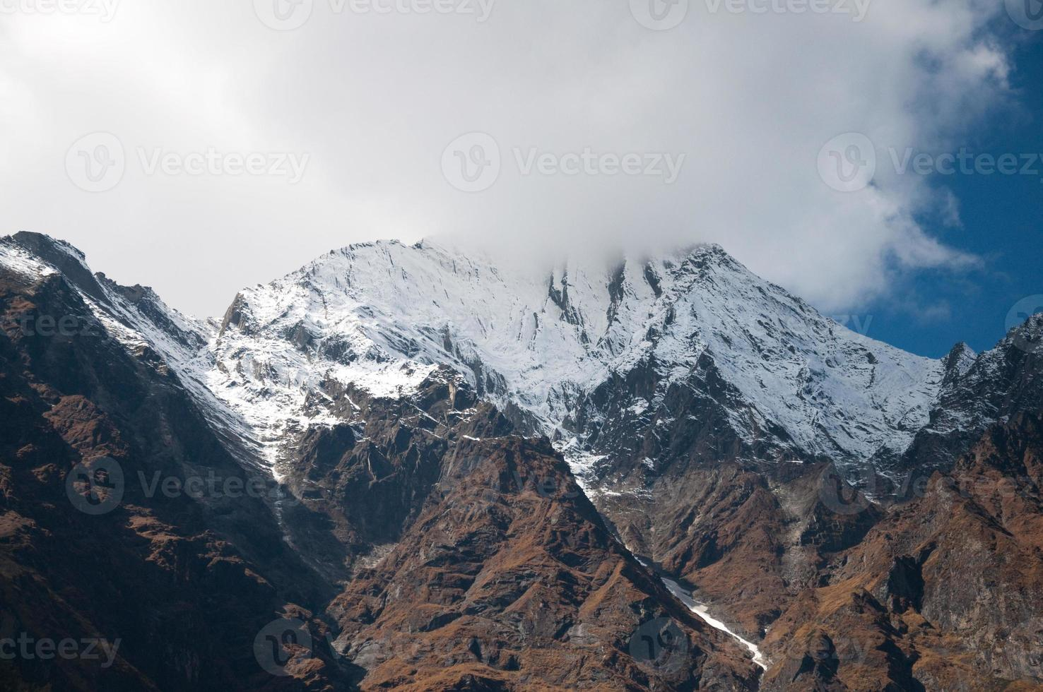 o pico da montanha do Himalaia foto