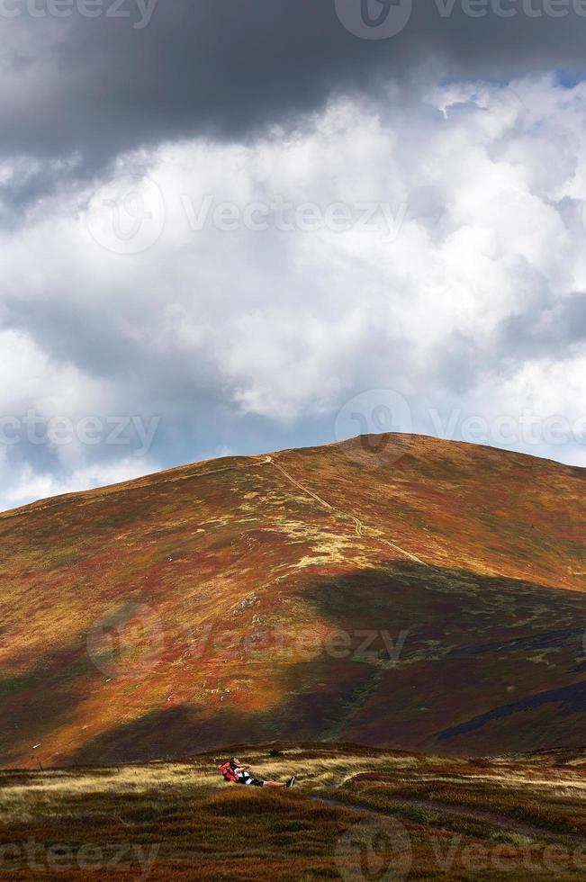 dia nublado nas montanhas foto