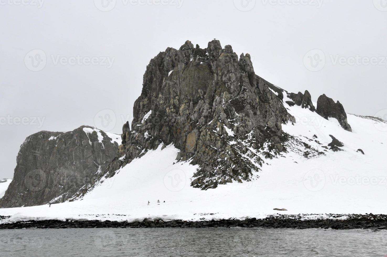 montanha negra coberta de neve foto