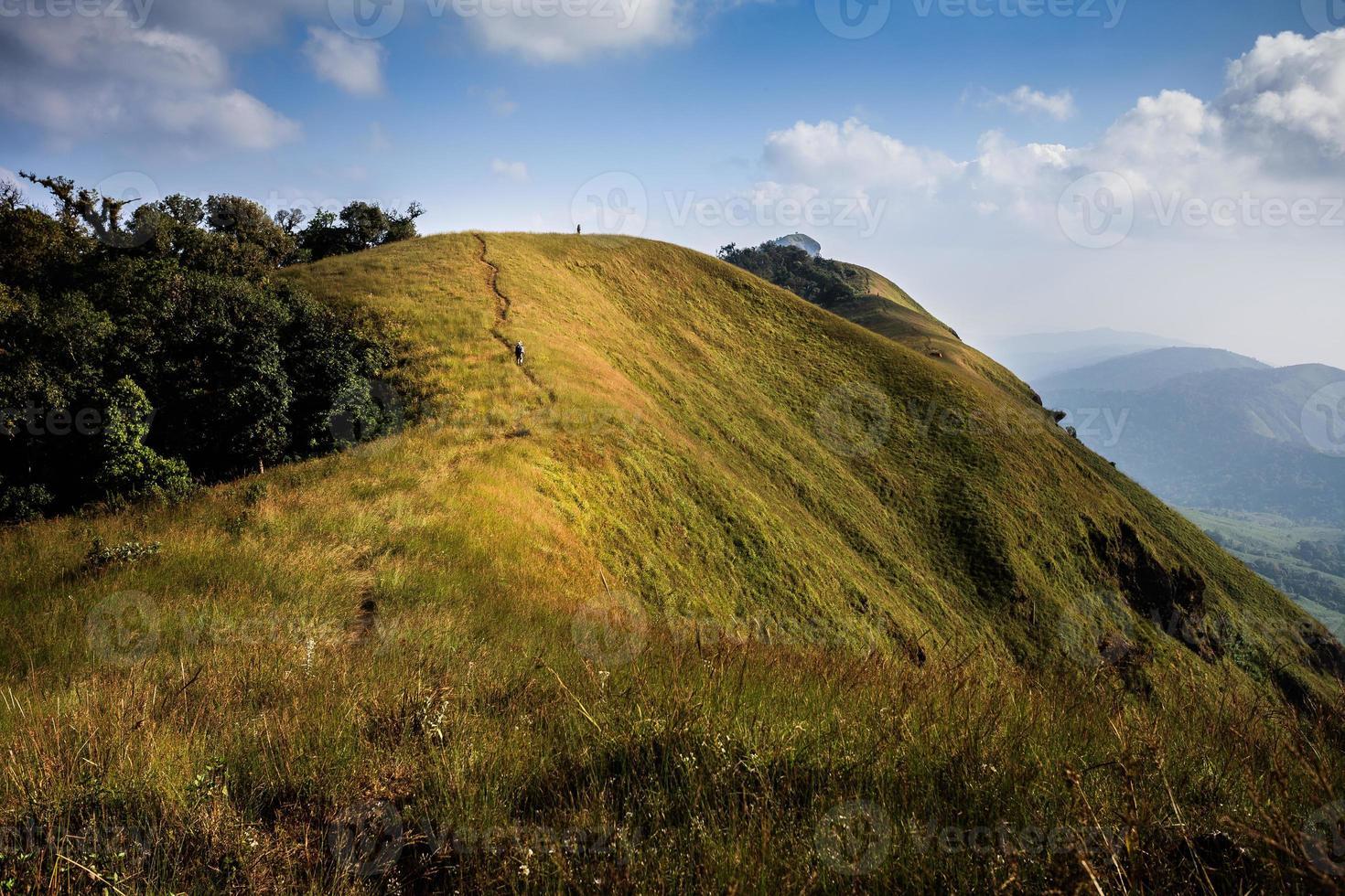 trilhas no pico da montanha e céu azul foto