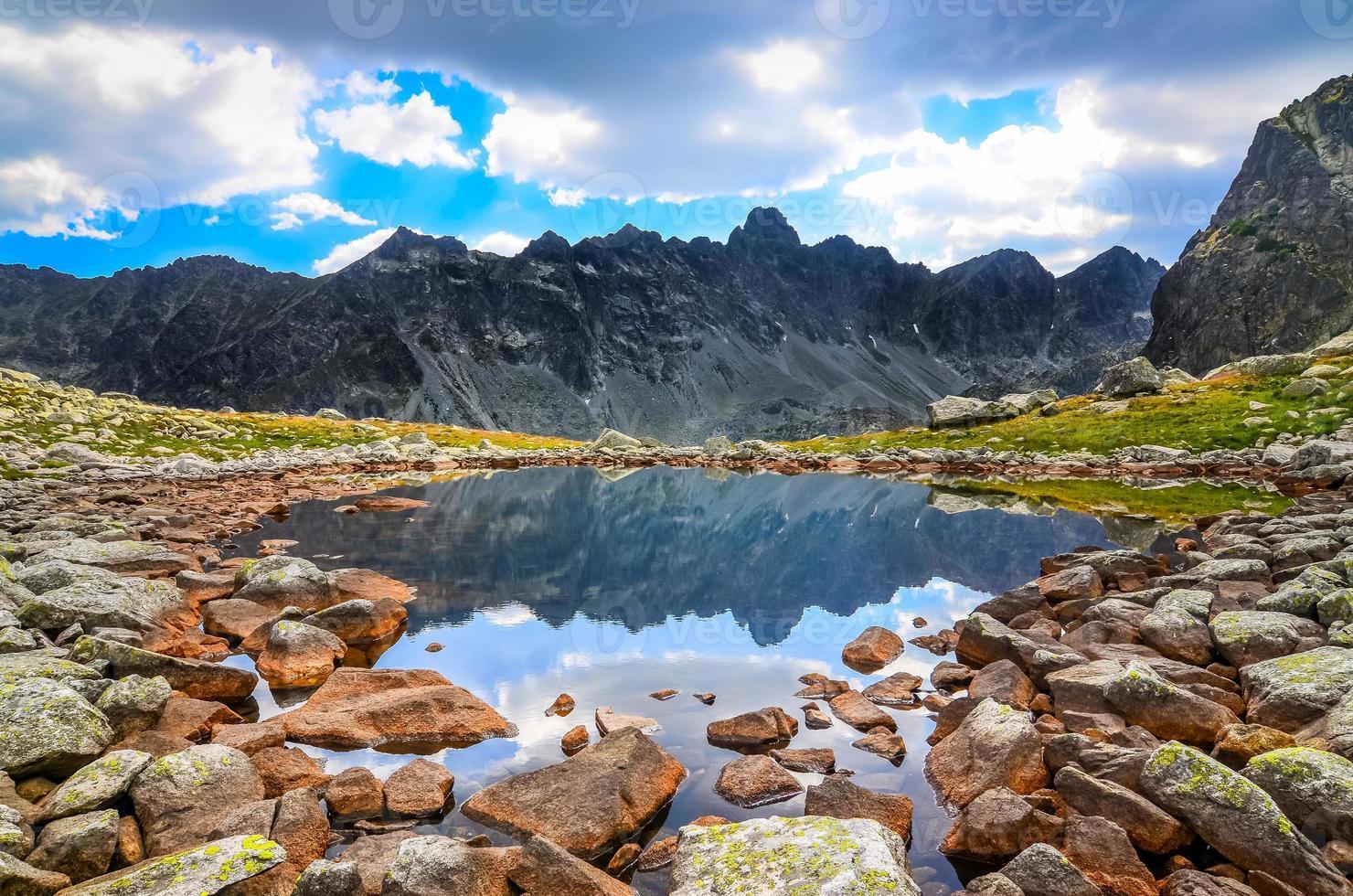 vista panorâmica de um lago de montanha em altos tatras, eslováquia foto