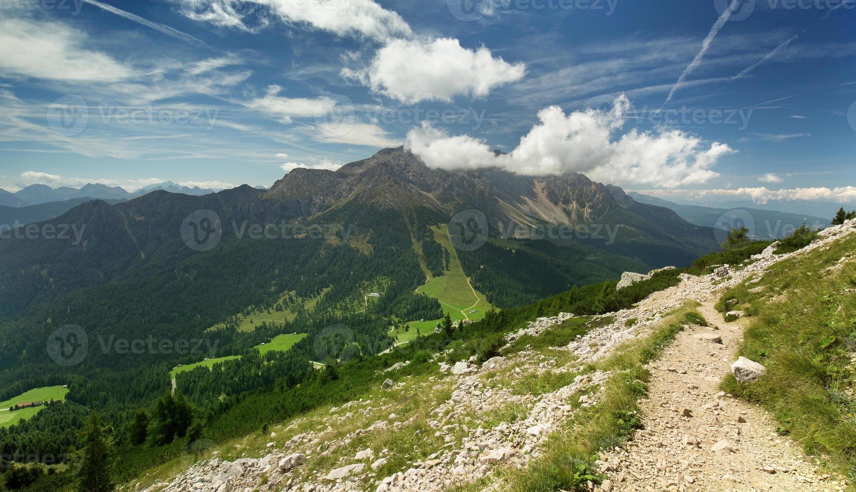 vista do vale da trilha alpina foto