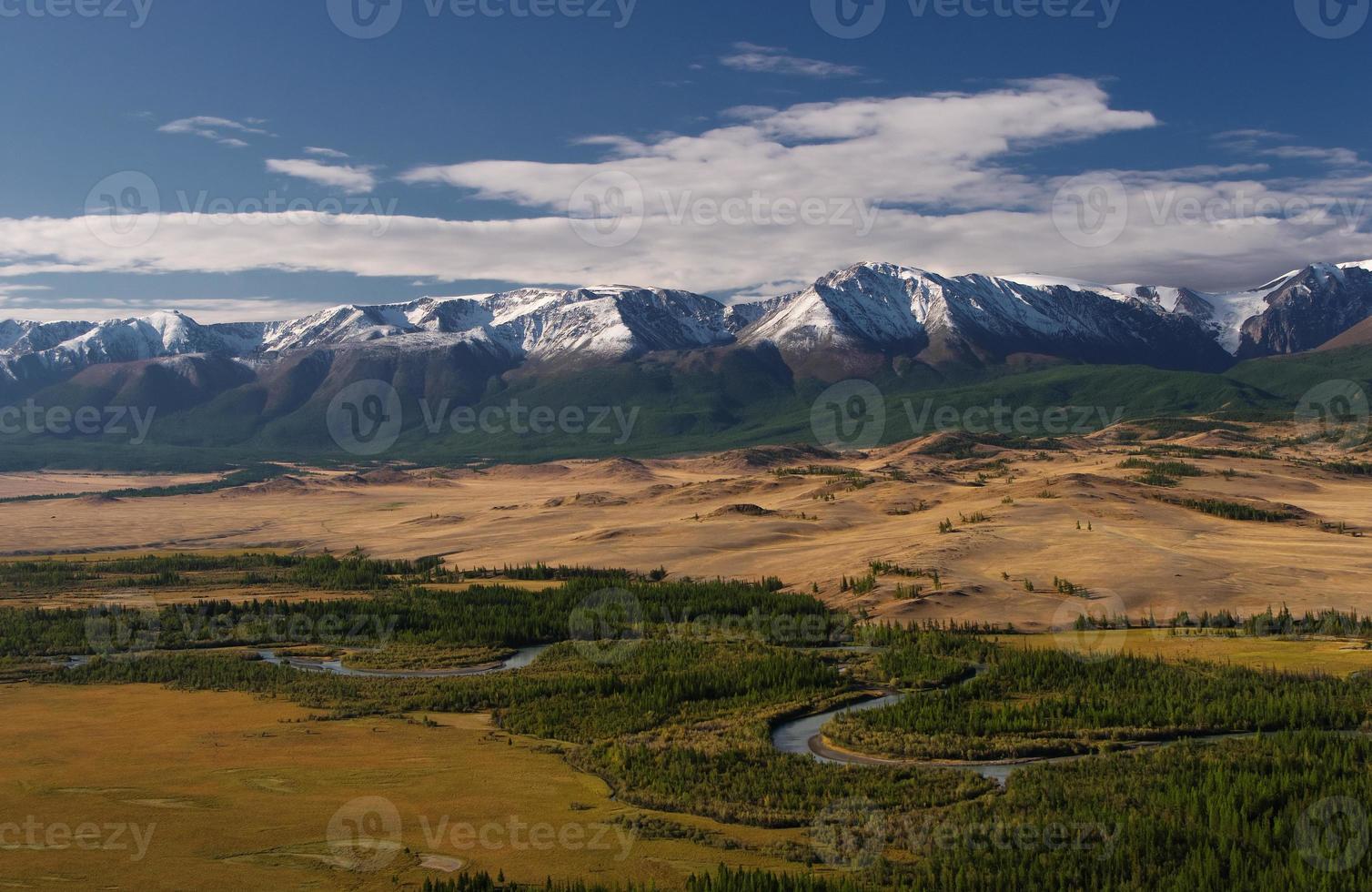 montanhas com picos nevados asiáticos nos meandros do rio ao fundo foto