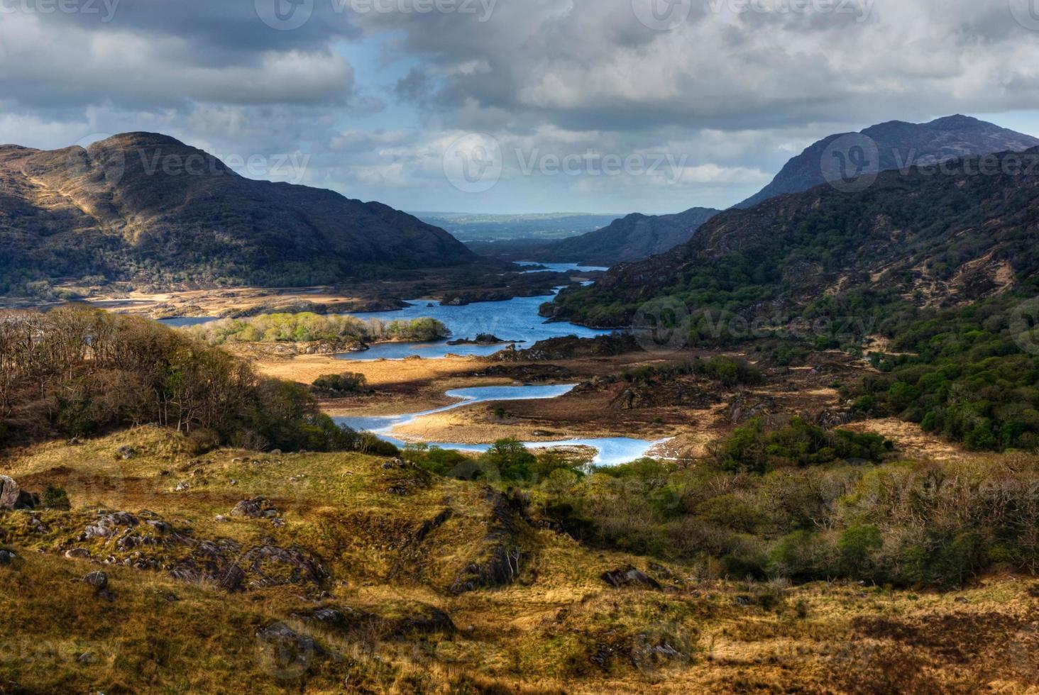 lagos e montanhas em área selvagem foto