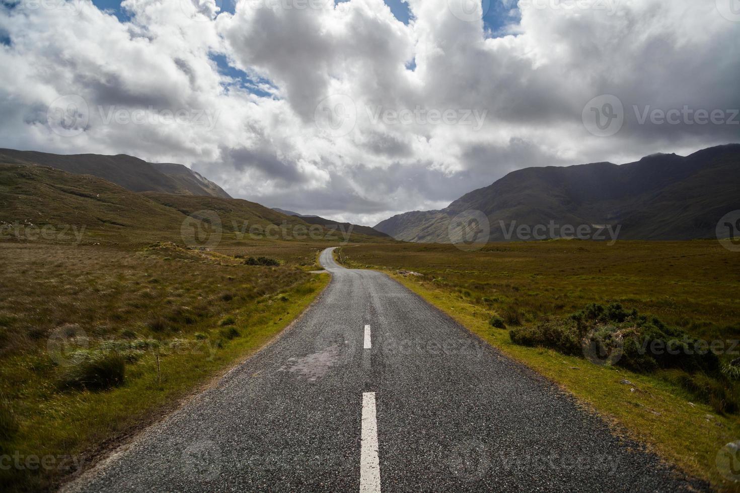estrada vazia da montanha foto