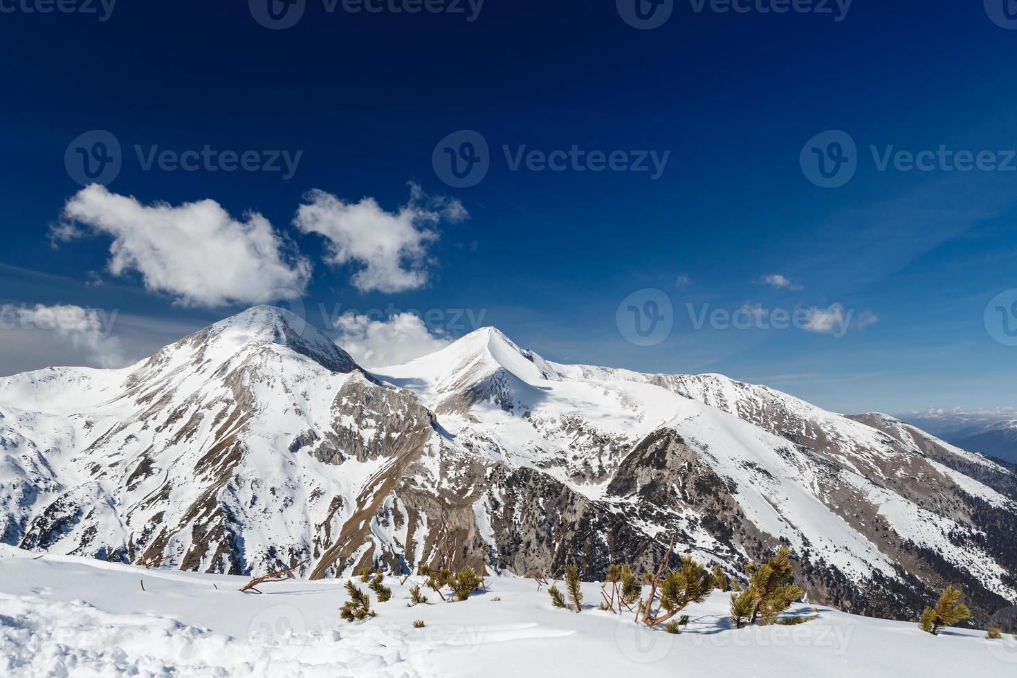 montanhas cobertas de neve em pirin foto