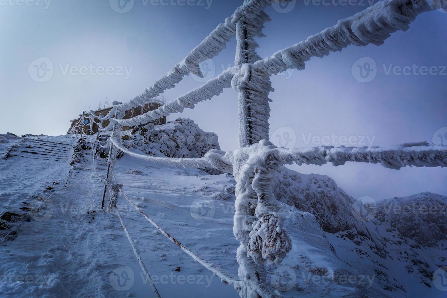 entrada para o topo nas montanhas de inverno foto