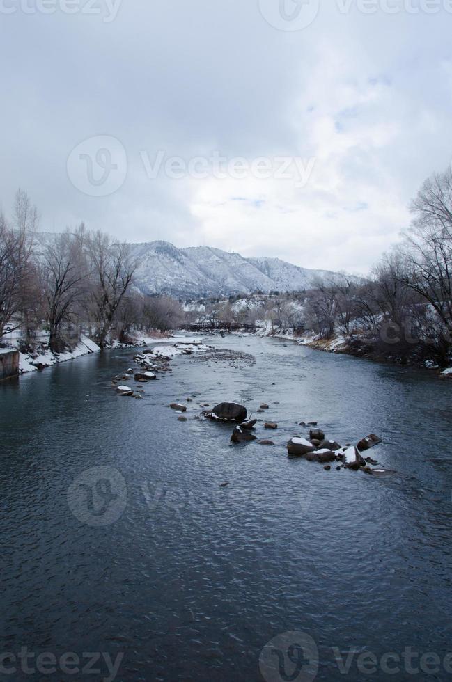 neve ao longo do rio animas em durango foto