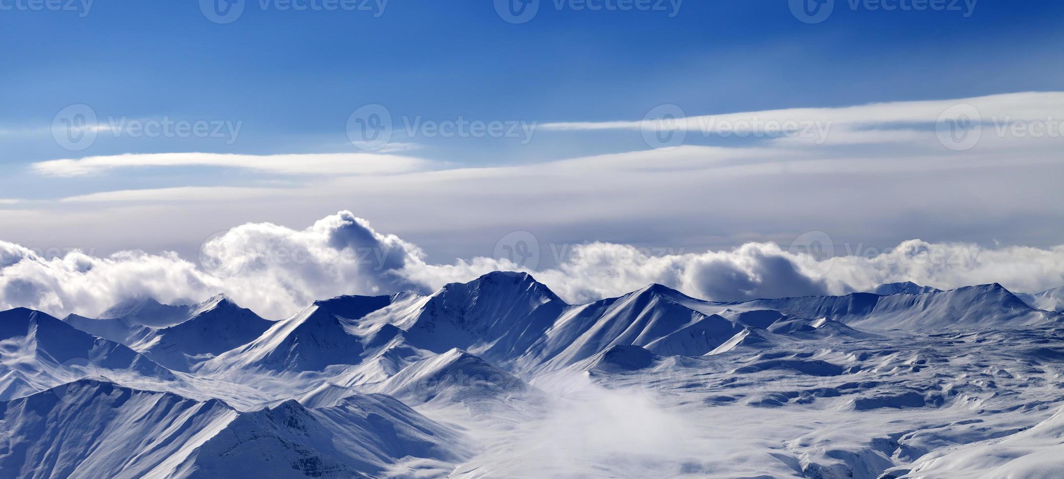 panorama de planalto de neve e céu de luz solar à noite foto