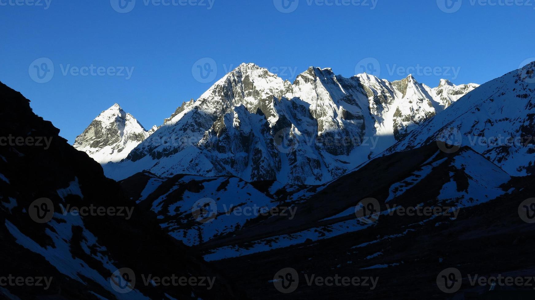 cenário no caminho para a passagem de montanha de cho la foto