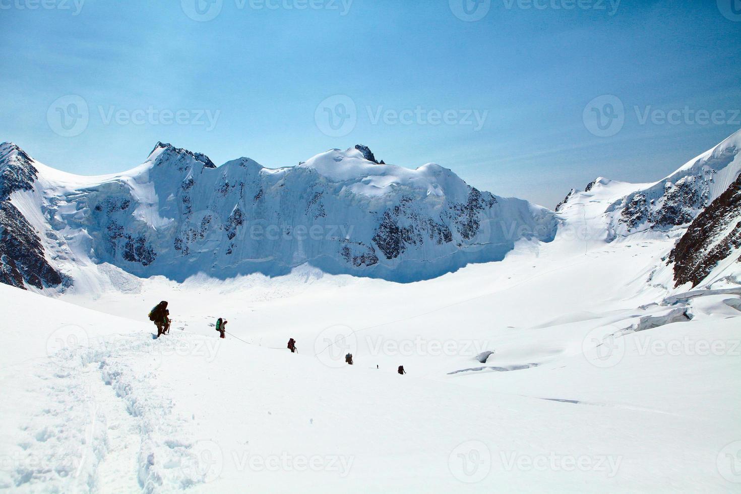 caminhantes nas montanhas foto