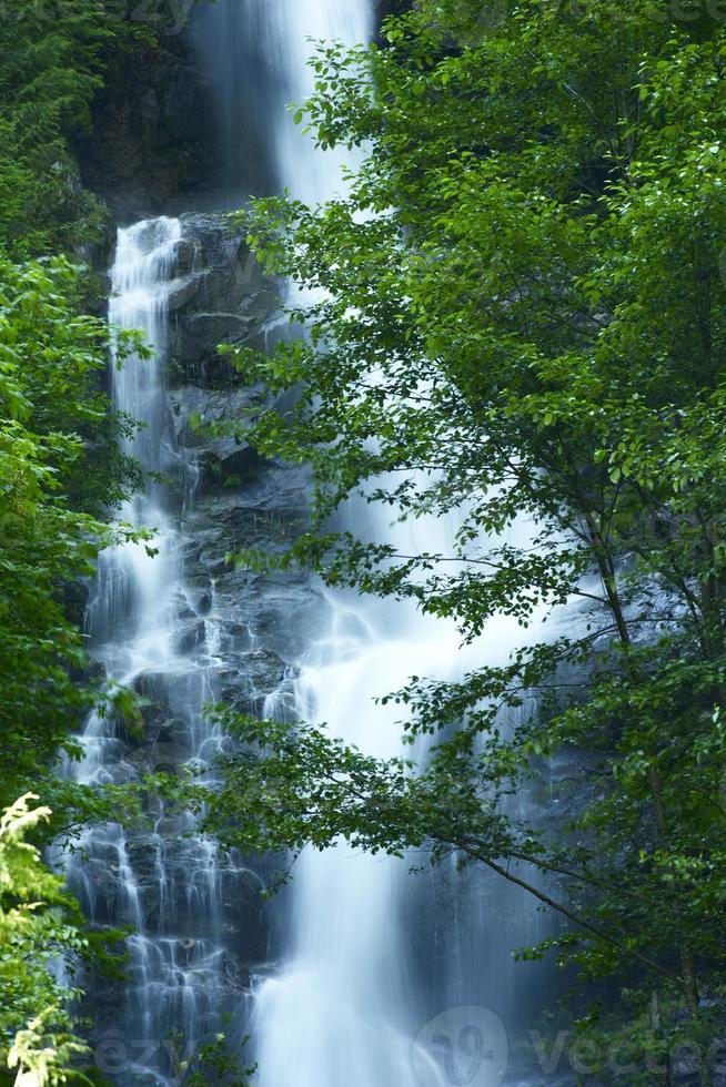 cachoeira em cascatas montanhas foto
