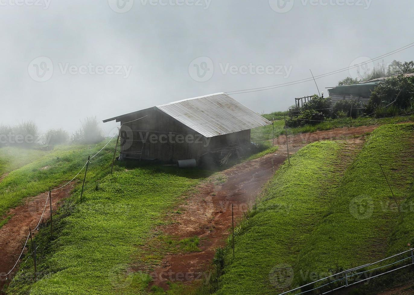 cabana de montanha enevoada. chuvas foto