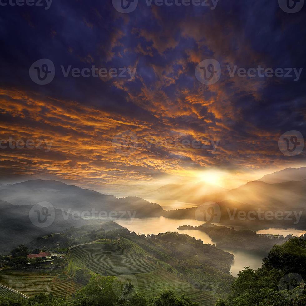 bela paisagem montanhosa do pôr do sol foto