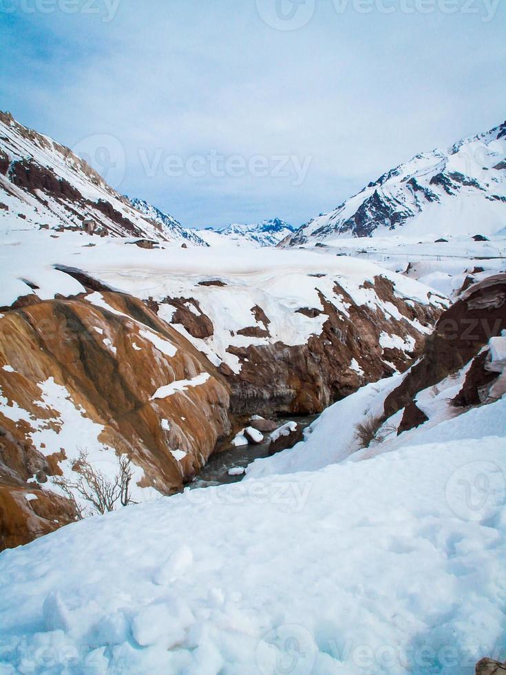 rio através de montanhas nevadas foto