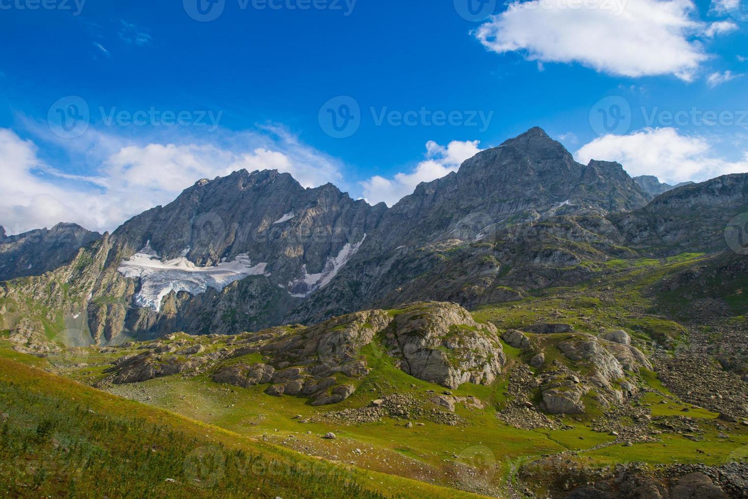 prados e montanhas rochosas foto