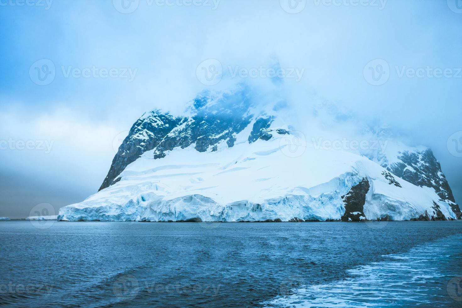 belas montanhas cobertas de neve foto