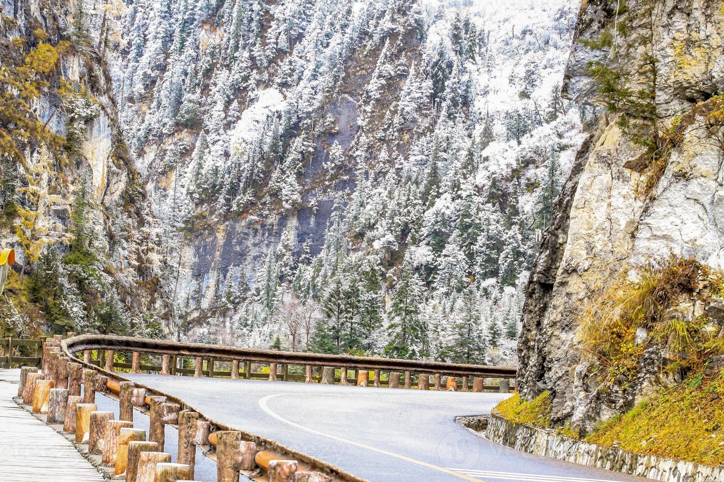 rodovia com montanha de neve foto