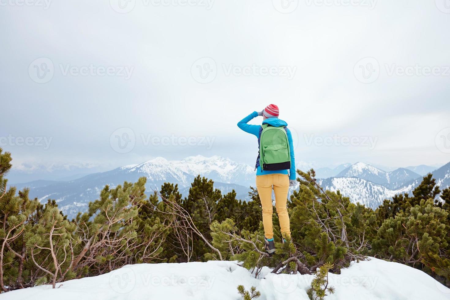 garota olhando para as montanhas foto