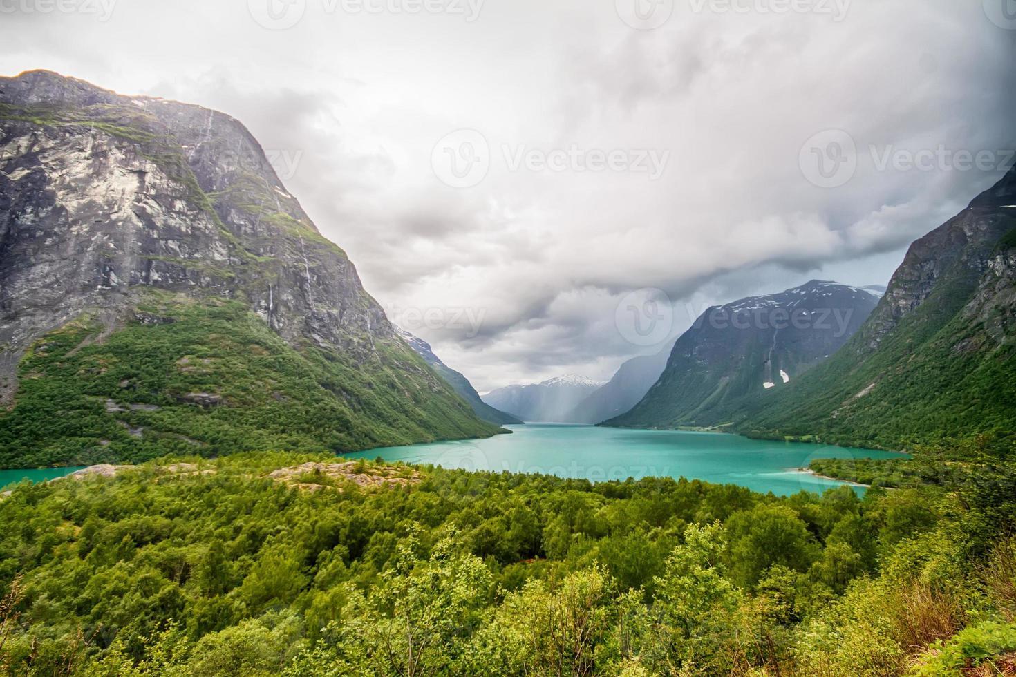 chuva sobre o lago da montanha foto