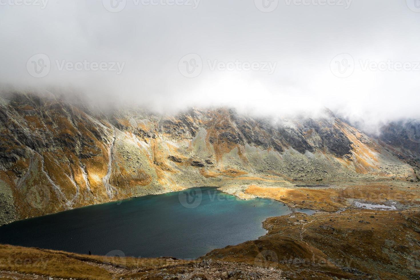 cenário de alta montanha com lago foto