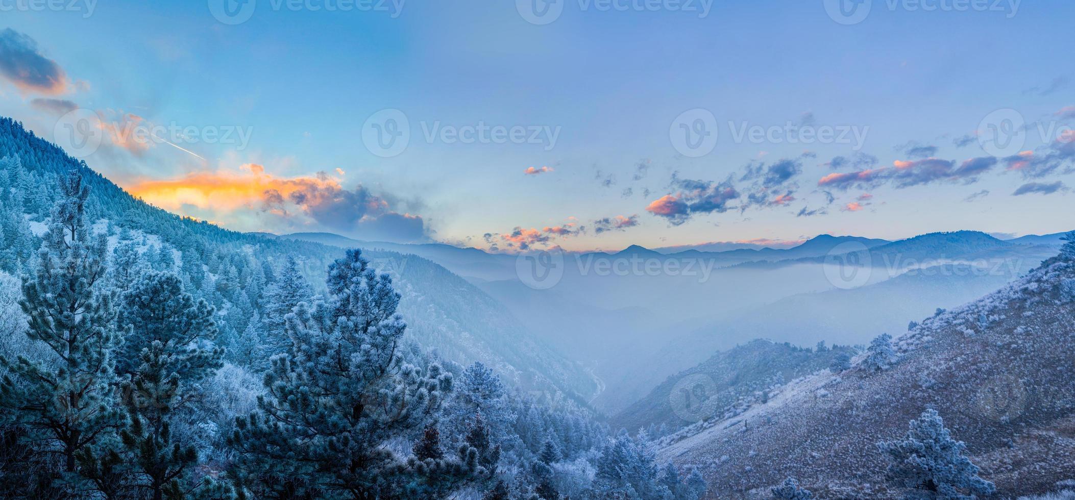 nevoeiro no vale, fogo no céu foto