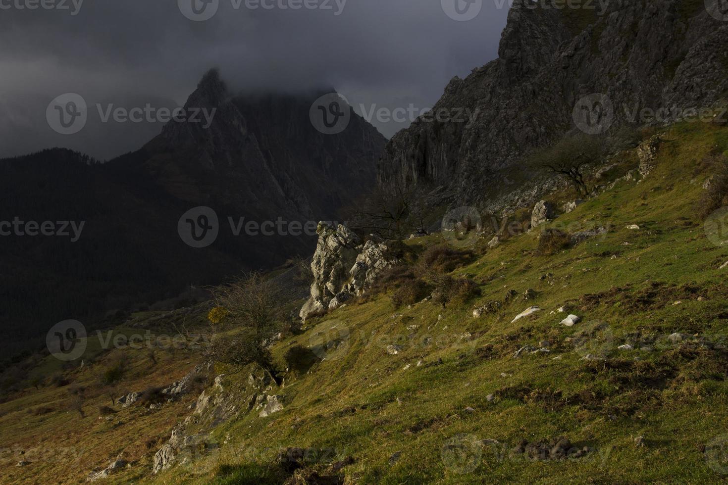 luz solar escura nas montanhas foto