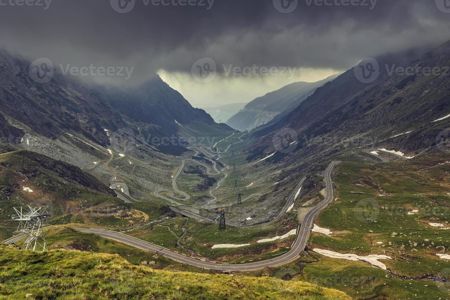 estrada sinuosa de montanha foto