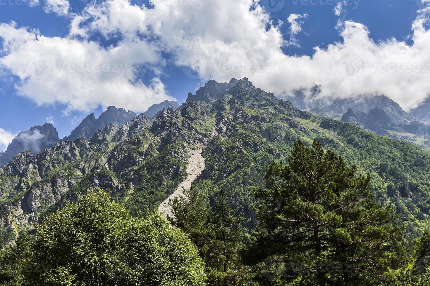 desfiladeiro tseyskoe. montanhas foto
