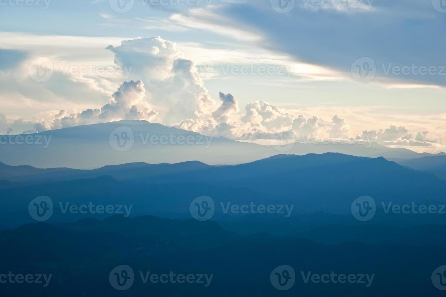 montanha e nuvem foto
