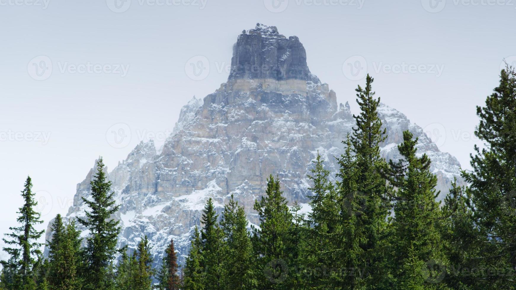 montanha nevada no parque nacional glaciar, columbia britânica, canadá foto