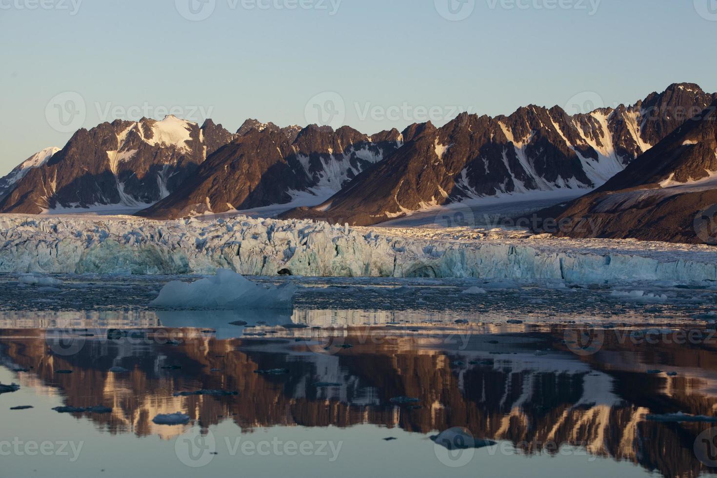 geleira de mônaco com reflexo à meia-noite foto