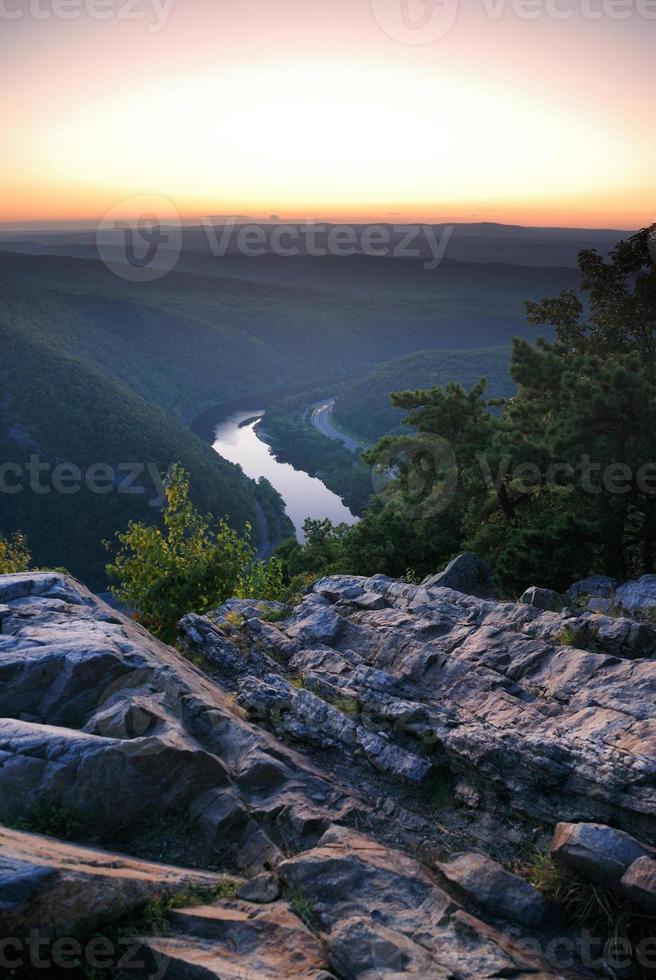 vista do pico da montanha com rio foto