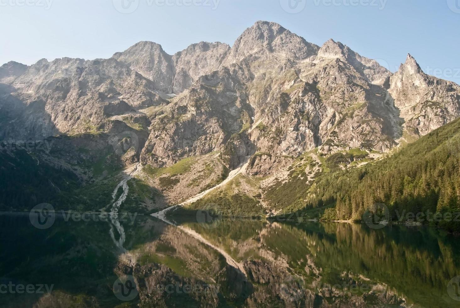 Lago morskie oko em montanhas tatry com pico acima foto