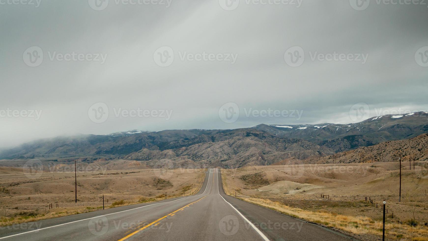 estrada rural para as montanhas foto