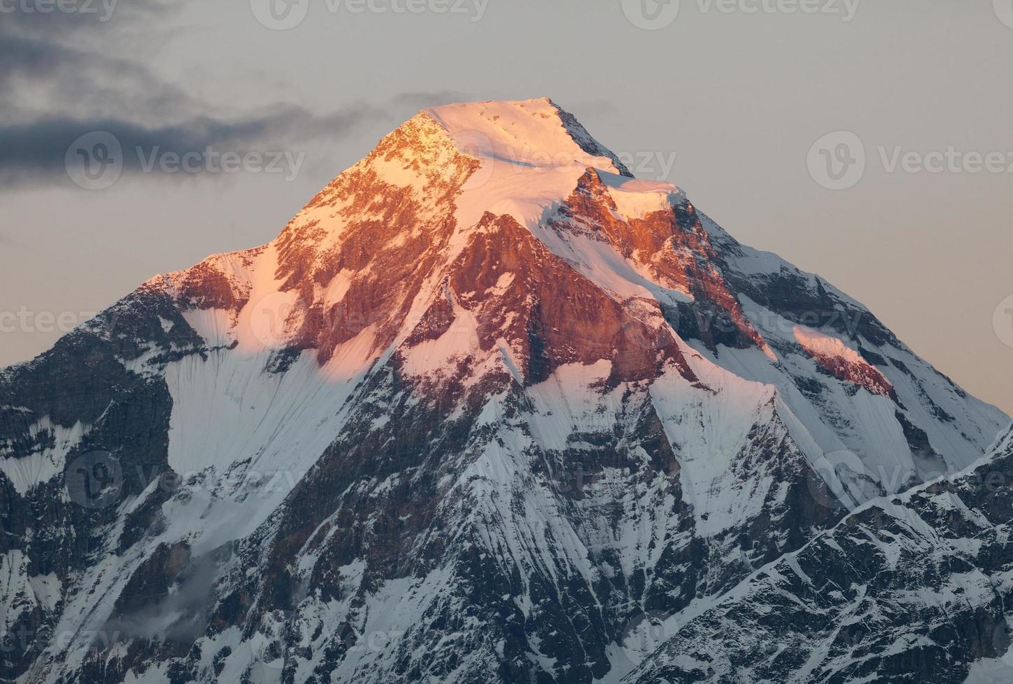 vista noturna do monte dhaulagiri - nepal foto